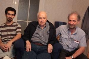 Alfredo Bauer mit Enkel Leonardo und Sohn Jorge. Auf dem Besuchsprogramm stand eine Kranzniederlegung im Donaupark bei den Denkmälern für Allende, Che Guevara und Simon Bolivar.<!--[if gte mso 10]>&#xD;&#xA;&#xD;&#xA; /* Style Definitions */&#xD;&#xA; table.MsoNormalTable&#xD;&#xA;{mso-style-name:&quot;Normale Tabelle&quot;;&#xD;&#xA;mso-tstyle-rowband-size:0;&#xD;&#xA;mso-tstyle-colband-size:0;&#xD;&#xA;mso-style-noshow:yes;&#xD;&#xA;mso-style-parent:&quot;&quot;;&#xD;&#xA;mso-padding-alt:0cm 5.4pt 0cm 5.4pt;&#xD;&#xA;mso-para-margin:0cm;&#xD;&#xA;mso-para-margin-bottom:.0001pt;&#xD;&#xA;mso-pagination:widow-orphan;&#xD;&#xA;font-size:10.0pt;&#xD;&#xA;font-family:&quot;Times New Roman&quot;;&#xD;&#xA;mso-ansi-language:#0400;&#xD;&#xA;mso-fareast-language:#0400;&#xD;&#xA;mso-bidi-language:#0400;}&#xD;&#xA;&#xD;&#xA;<![endif]-->