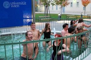 Die Studierenden nahmen das Abdrehen der Heizung und des Warmwassers mit Humor und nutzten den Brunnen vor dem besetzten Hörsaal C1 am Campus der Uni Wien für ein Bad bei zwei Grad über Null.