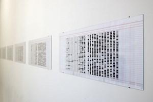 Zeit als Code: temporal translation (oben) und daily mapping (unten) übersetzt das Künstlerleben in Strichcodes und monochrome Flächen.