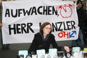 Die ÖH drapierte Wecker vor dem Bundeskanzleramt, um Bundeskanzler Faymann darauf aufmerksam zu machen, sich um die Bildungspolitik zu kümmern.