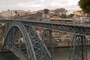 1881 bis 1886 baute Téophile Seyrig an der Brücke Dom Luís I. Zuvor warer zehn Jahre Geschäftspartner Gustave Eiffels, der davor wenigehundert Meter entfernt die Eisenbahnbrücke Maria Pia errichtete.Mehr Fotos von Porto gibt's in einer Ansichtssache.