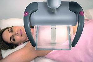 Das neue Ultraschallgerät verfügt über einen rechteckigen Schallkopf, der anstelle eines handgeführten direkt auf die Brust gelegt wird.