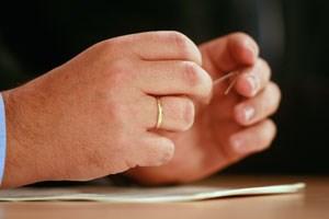 Vizekanzler Josef Pröll trägt seinen Ehering rechts, seine ÖVP schicktHomosexuelle nun zur Bezirksverwaltungsbehörde, um sich als Paareintragen zu lassen.