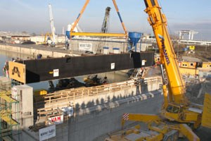 Ein 500-Tonnen-Kran hebt die Torelemente in die Hafentor-Anlage, die den Hafen Freudenau künftig vor Hochwasser schützen wird.