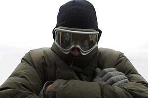 Winterfit mit Pudelhaube und Skibrille. Der erste Schnee kann kommen.