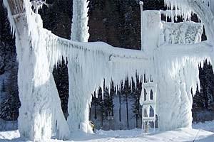 """Eisturm-Opening:Am 18. Dezember wird der Rabensteiner Eisturm eröffnet - die Profislassen sich dann noch etwas Zeit. Denn der internationaleEiskletterwettkampf """"Icefight"""", der die weltbesten Eiskletterer insPasseier lockt, findet erst am 30. und 31. Jänner 2010 statt. Im weiterwestlich gelegenen Rhein im Tauferer Ahrntal können Eisklettererübrigens unter professioneller Aufsicht üben - jeden Mittwoch ab 19 Uhrund Samstag ab 13 Uhr. Kletterutensilien stehen leihweise zurVerfügung. Dieses Angebot gilt von 30. Dezember bis - soweit es dieTemperaturen zulassen - Mitte März. Weitere Infos unter: www.eisklettern.it"""