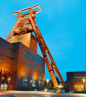"""Herzstück der Kulturhauptstadt """"Ruhr.2010"""": das gigantische, stillgelegte Steinkohlebergwerk """"Zeche Zollverein"""" in Essen, das nun kulturell genutzt wird."""