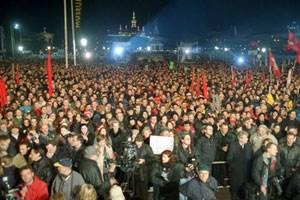 Der Heldenplatz in Wien am 19. Februar 2000: demonstrieren gegen die FPÖVP-Regierung, gegen Rassismus und Fremdenhass.