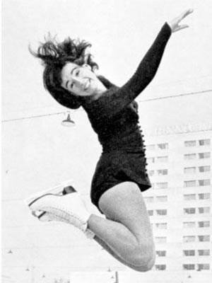 Vor vierzig Jahren machte Regine Heitzer Luftsprünge auch auf dem Platz des Wiener Eislaufvereins. In der Pflicht biss sie sich durch, in der Kür entfaltete sie sich, riss sie die Zuseher zu Begeisterungsstürmen hin ...