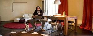 Der Koch und Hotelier in seiner Wohnung am Praterstern: Robert Hollmann liebt die Gemütlichkeit und kombiniert sie mit einer Straßenlaterne über dem Esstisch.(Foto: Lisi Specht)