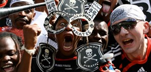"Beim Traditionsklub Orlando Pirates gilt getreu den Vereinsfarben ein Michael Jackson-Motto: ""It don´t matter if you´re black or white."""