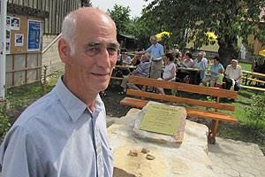 Als 70-Jähriger steht Alois Will vor dem Mahnmal, das an jener Stelle errichtet wurde, an der er mit fünf Jahren die Ermordung dreier Juden mitansehen musste