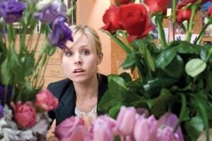 Museumskuratorin Beth (Kristen Bell) geht vor ihren Verehrern in Deckung.
