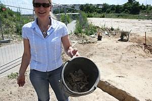 ... sondern auch aus der Römerzeit - Die Stadtarchäologin präsentiert einen Kübel voller Scherben, Metallteile und Tierknochensplitter