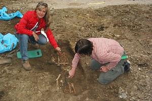 Karin Fischer Ausserer, die Leiterin der Stadtarchäologie,  bei einer Grabung