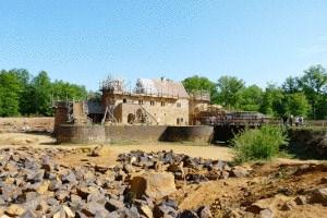 Die Arbeiten an der Burg sind in vollem Gang.
