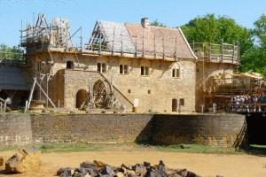 Mit traditionellen Materialien und traditioneller Technik wird die Burg errichtet.