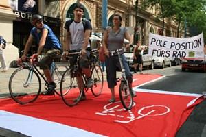 """So könnte die """"Bike box"""" aussehen: Wiener RadlobbyistInnen bei einer Aktion auf der Mariahilferstraße"""