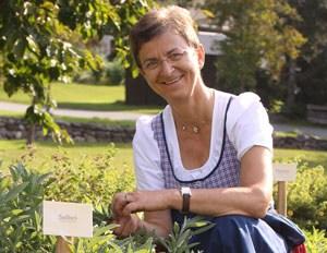 INGE DABERER ist Seniorchefin des Biohotels Daberer in St. Daniel in Kärnten. Die passionierte Köchin veranstaltet im Sommer regelmäßig Kräuterkochkurse für Hotelgäste.