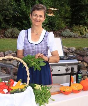 Die Gäste zum Kochen in den Garten einzuladen, ihnen zu vermitteln wie gut und gleichzeitig schnell und einfach es ist, mit frischen Zutaten und Kräutern direkt aus dem Kräutergarten zu kochen, ist die Idee hinter den Kräuter-Kochkursen im Freien.