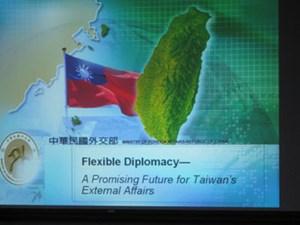 """Großer Bruder China: Taiwans Streben nach Unabhängigkeit ist ein Drahtseilakt, den Taiwan mit """"flexibler Diplomatie"""" zu umschiffen versucht."""