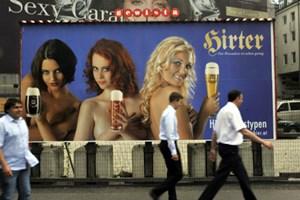 Frau trägt im heurigen Sommer Bier: Die SPÖ schäumt, und der Österreichische Werberat prüft die Kampagne der Kärntner Brauerei Hirt.
