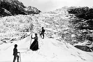 Damenhaftes Benehmen ist auch über der Baumgrenze ein Must: eine Gletscherpartie im Jahr 1903.