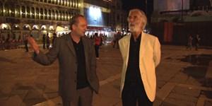 """Starren und staunen: Strafverteidiger und Autor Ferdinand von Schirach zeigt Regisseur Michael Haneke den Markusplatz. Heute, Dienstag, 0.05, in der Arte-Reihe """"Durch die Nacht mit ..."""""""