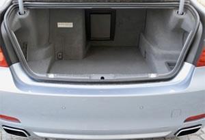Gut geschützt sitzt die Lithium-Ionen-Batterie im Kofferraum, wirkt aber etwas sperrig. Heißt: 460 Liter Volumen statt 500 in den konventionellen 7er-Versionen.LinkBMW ServiceBMW GebrauchtwagenGratis Gebrauchtwagen inserierenauf derStandard.at/AutoMobil