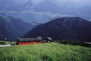 Die Schafbergbahn mit blick auf den Wolfgangsee.