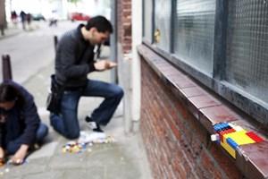 """Jan Vormanns """"Dispatchwork"""" zieht eine Spur bunter Legosteine von Berlin bis Tel Aviv. Beginnt er irgendwo eine Mauer zu flicken, ist das jedes Mal ein gemeinschaftliches Ereignis, an dem jeder mitmachen will."""