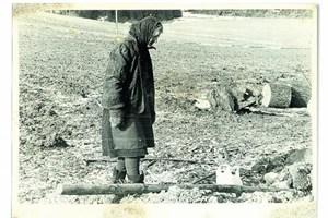 Das Foto ist Mitte der 80er-Jahre entstanden, nachdem ich in das Dorf meiner Kindheit zurückgekehrt war. Es muss ein kalter Wintertag gewesen sein als ich auf den Auslöser meiner Kamera drückte, Frau H. half ihrem Bruder beim Ausgraben einiger Mostbirnbäume ...