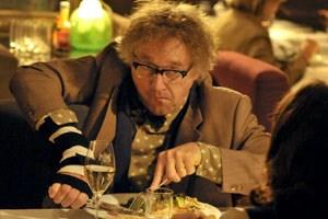 """Tolpatsch vom Dienst: Alfi Seliger (Markus Hering) in """"Das Leben ist zu lang""""."""
