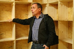"""Der Wiener Tierschutzombudsmann Hermann Gsandtner erklärt wie das Modell des """"Augsburger Taubenschlags"""" funktioniert: In betreuten Taubenschlägen werden die Taubeneier gegen Plastik-Attrappen ausgetauscht."""