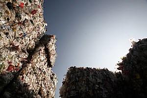 40.000 Tonnen PET-Flaschen gelangen pro Jahr über den Handel in Umlauf