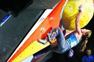 Die Tirolerin Anna Stöhr (22) krallt sich am Boulder fest. In Innsbruck kürte sie sich erstmals zur Europameisterin.
