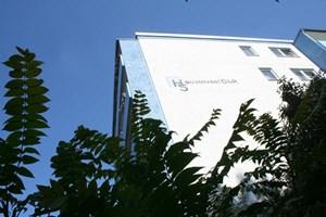 Die Hausinvest GbR Haus und Grundstücksgesellschaft besitzt in Hellersdorf einen Wohnkomplex mit 453 Wohnungen und sieben Gewerbeeinheiten, die Gesamtgrundstücksgröße beträgt 32.000 m².