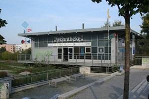 """Die """"WohnTheke"""" ist eine Arbeitsgemeinschaft von in Hellersdorf tätigen Immobilienunternehmen, die zwei Drittel des dortigen Wohnungsbestands repräsentieren. Die Mitarbeiter kümmern sich um Vermarktung, Imagepflege und Entwicklung der Großsiedlung."""