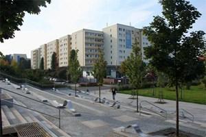 Heute sind die meisten davon saniert. 500 Millionen Euro wurden dafür allein zwischen 1990 und 2000 in die DDR-Bauten gesteckt. Kurz nach der Wende meinten viele, es sei besser, alles wieder wegzureißen.