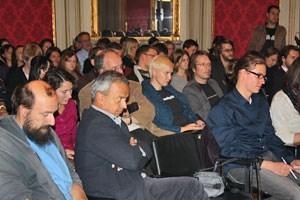 Vor über hundert Zuhörern wurde diskutiert.