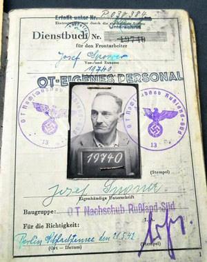 Jetzt bleibt mir vom Opa nur noch sein Dienstbuch: Auf der ersten Seite ist sein Foto mit Klammern angeheftet, er hält eine Tafel mit der geheimnisvollen Nummer 19740 ...
