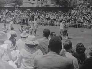 Zeitdokument I: Gemeinsam mit Richard Russell gewinnt Lance Lumsden 1966 im Daviscup gegen Arthur Ashe und Charlie Pasarell (links).