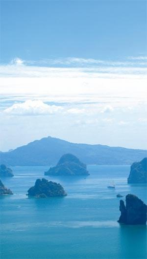 """""""To pamper"""" heisst verzärteln und ist das oberste Gebot der Luxushotellerie. Wer am Pool der Privatvilla bleibt, versäumt aber die landschaftlichte Schönheit von Thailands Küste (großes Bild links)."""