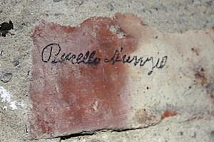 Burello Nunzio hat sich gleich mehrmals auf den Ziegelwänden verewigt. Er war ein italienischer Zwangsarbeiter, der bei der Errichtung des Turmes mitwirken musste. Sein weiteres Schicksal ist unbekannt.