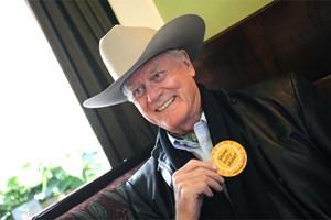 Larry Hagman in Österreich - mit Hut und gegen Öl.