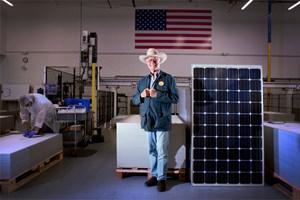 Larry Hagman zu Besuch in der Solarzellen-Produktionsstätte in Hillsboro/USA