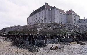 Der äußere Wassergraben der Burg.