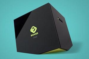 Das Design der Boxee Box hat definitiv Wiedererkennungswert, an der Front das Logo der Software, das bei der Videowiedergabe abgedunkelt wird, seitlich der SD/MMC-Karten-Slot.