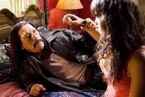 Selbst dem Reiz von Frauen widersteht dieser Mann mit stoischer Gelassenheit: Machete (Danny Trejo), der Held aus Robert Rodriguez' gleichnamigem Film, und Michelle Rodriguez als hartgesottene Untergrundkämpferin She.