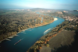 Durch den kontinuierlich sinkenden Wasserspiegel der Donau treten bei Niederwasser immer wieder die Buhnen hervor. Das sind fest verankerte Gesteinswällen, die hier auf dem linken Donauufer zu sehen sind und früher in einem 90-Grad-Winkel zur Strömungsrichtung angelegt wurden.